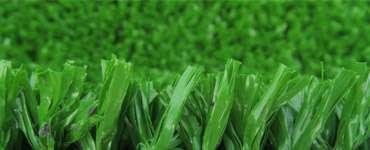 Изображение фибриллированного искусственного покрытия зелёного цвета с высотой ворса 20 мм